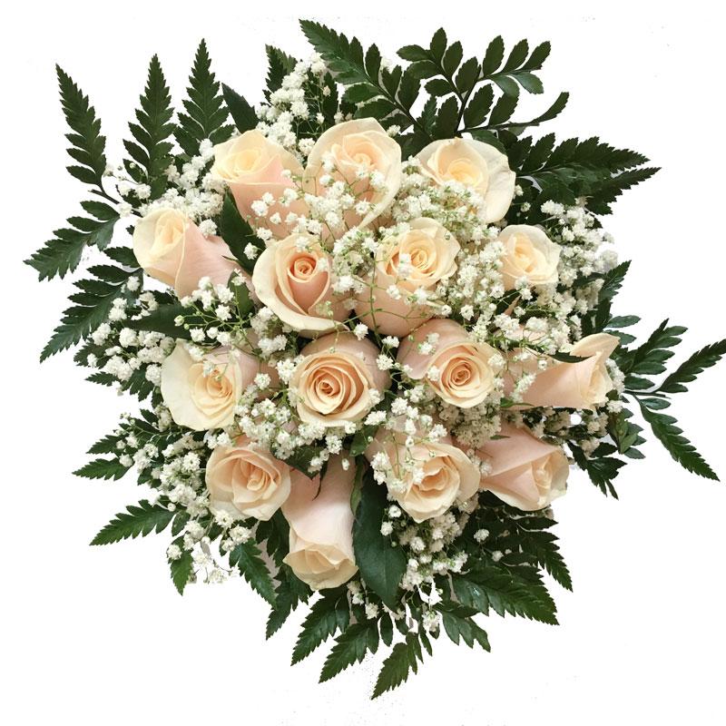 Στρογγυλό μπουκέτο με τριαντάφυλλα, γυψοφίλη και πρασινάδες.